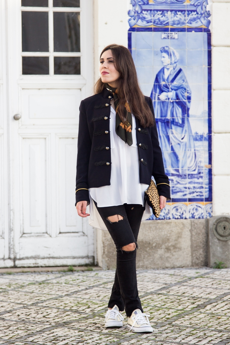 Le Fashionaire Style Heritage black denim ripped jeans zara white oversized shirt zara dark blue military gold jacket mango vintage scarf white brown horses 8530 EN 805x1208