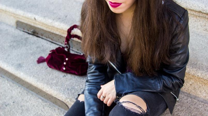 Le Fashionaire Moment black leather biker jacket mango silver zippers black ripped zara jeans purple velvet corselet beautiful burgundy corselet pearls killah 8229F EN 805x450