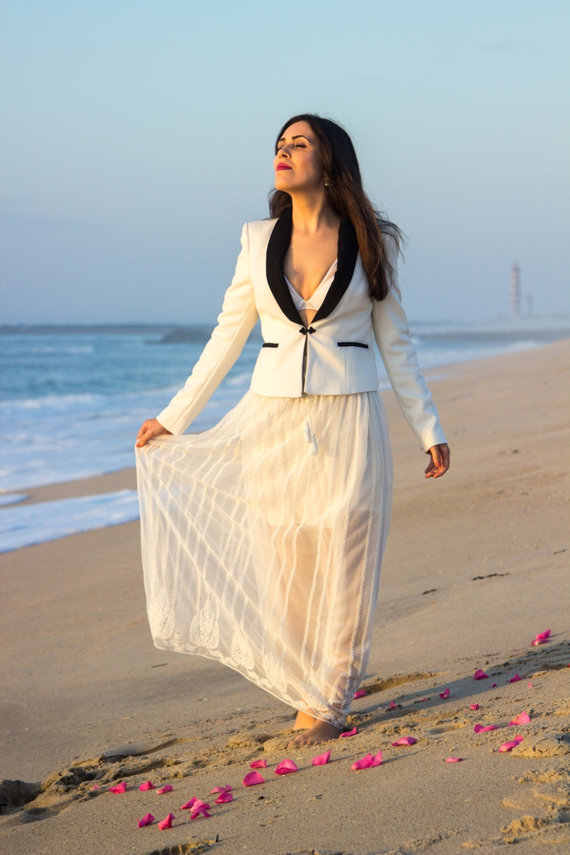 Le Fashionaire Over the sea blogger catarine martins black white zara blazer transparent zara white skirt white hm bra beach sea sand sunset 8645 EN 805x1208