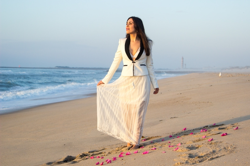 Le Fashionaire Over the sea blogger catarine martins black white zara blazer transparent zara white skirt white hm bra beach sea sand sunset 8648 EN 805x537