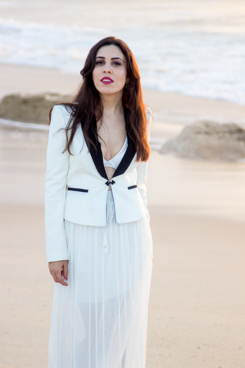 Le Fashionaire Over the sea blogger catarine martins black white zara blazer transparent zara white skirt white hm bra beach sea sand sunset 8723 EN 805x1208