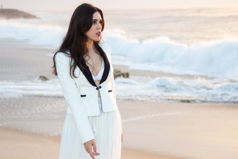 Le Fashionaire Over the sea blogger catarine martins black white zara blazer transparent zara white skirt white hm bra beach sea sand sunset 8737 EN 805x537