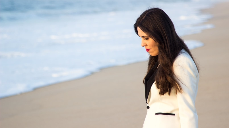 Le Fashionaire Over the sea blogger catarine martins fashion inspiration black white zara blazer beach sea sand sunset 8625F EN 805x450