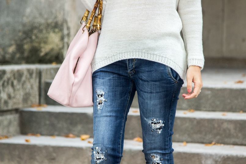 Le Fashionaire The devils in the details blogger catarine martins fashion inspiration white knit sweater wool namib denim jeans sparkle pearls namib pale pink bamboo parfois bag 8093 EN 805x537