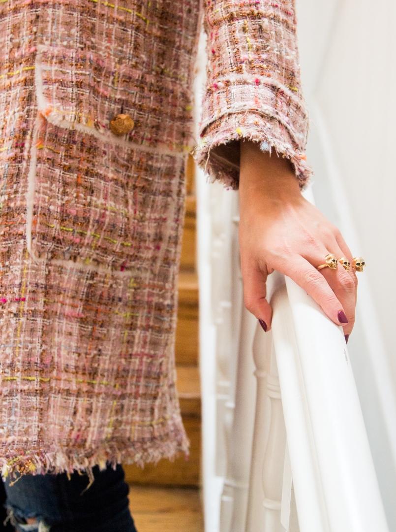Le Fashionaire Em Carne Viva, Vegan Restaurant blogger catarine martins pink tweed coat zara gold skull earrings 8831 EN 805x1080