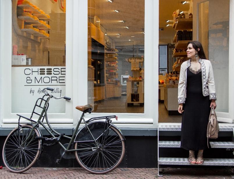 Le Fashionaire Diário de Viagem: Amsterdão II blogueira catarine martins amesterdao casaco preto branco bordado sheinside vestido comprido renda zara mala bege pele furla twiggy bicicleta 0825 PT 805x618