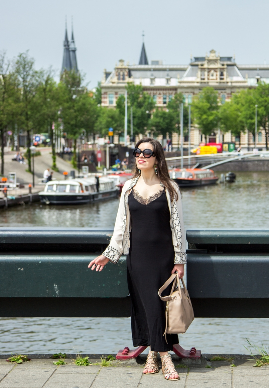 Le Fashionaire Diário de Viagem: Amsterdão II blogueira catarine martins amesterdao casaco preto branco bordado sheinside vestido comprido renda zara mala bege pele furla twiggy canais flores 0696 PT 805x1163