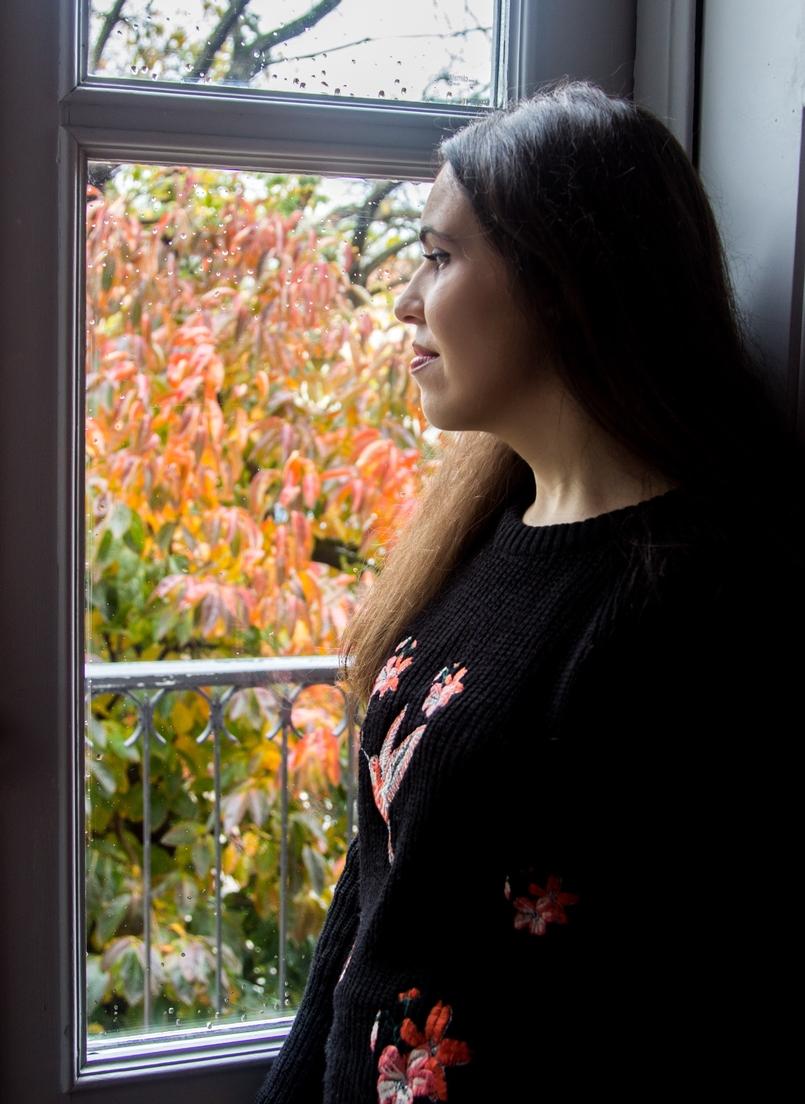 Le Fashionaire Chiado Café Literário blogueira catarine martins camisola preta bordados stradivarius 9993 PT 805x1104