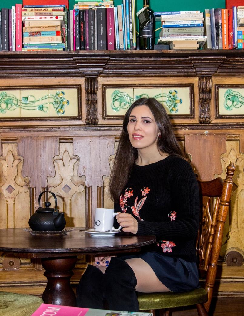 Le Fashionaire Chiado Café Literário blogueira catarine martins camisola preta bordados stradivarius botas pretas acima joelho stradivarius 0108 PT 1 805x1044