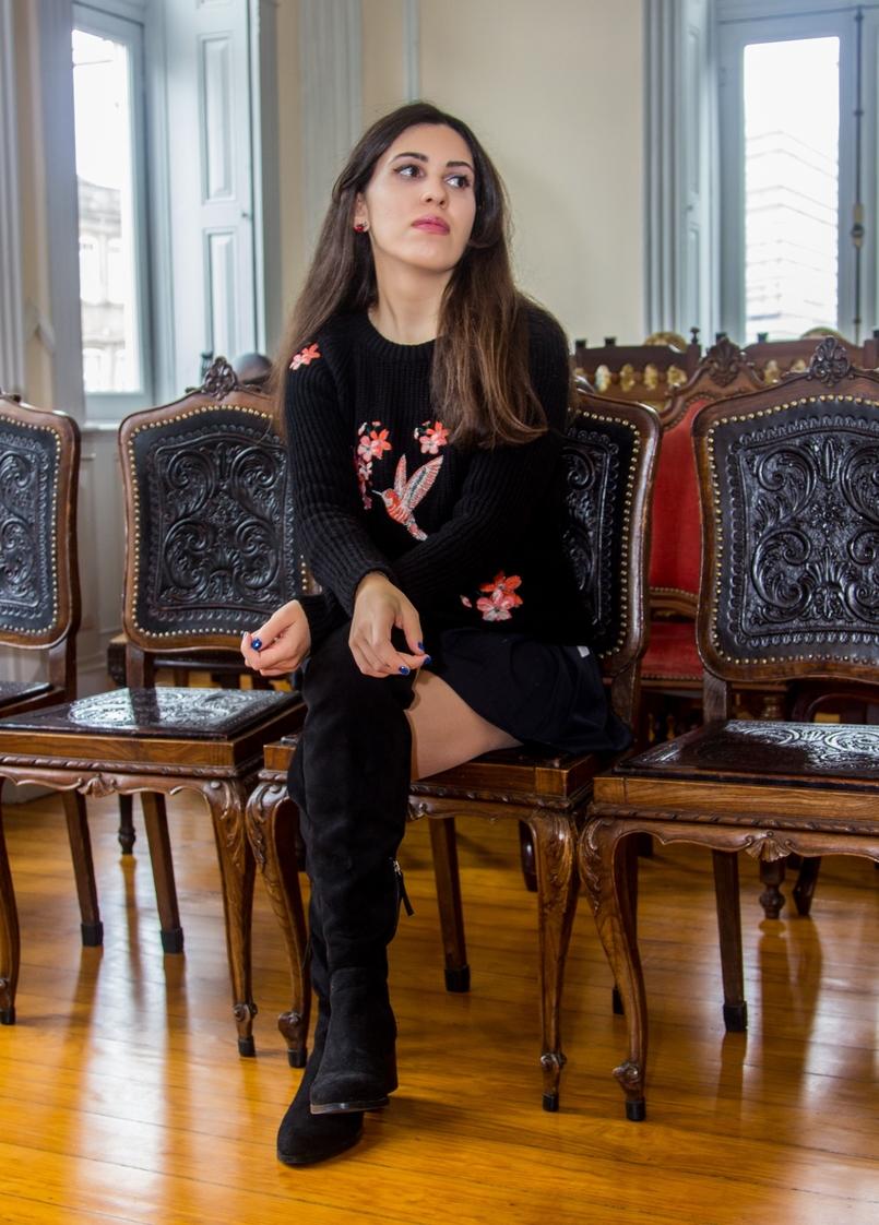 Le Fashionaire Chiado Café Literário blogueira catarine martins camisola preta bordados stradivarius botas pretas acima joelho stradivarius calcoes pretos zara 0036 PT 805x1122