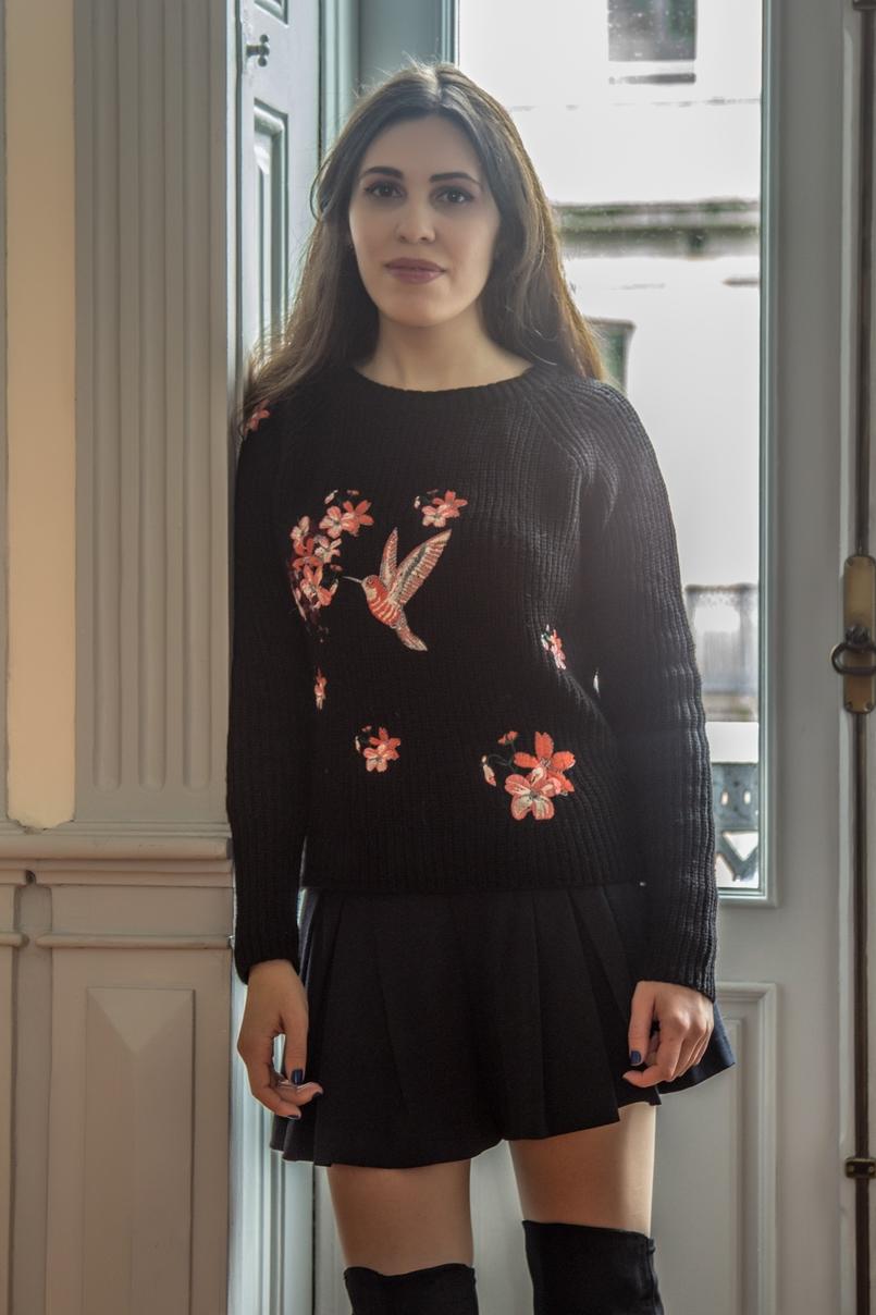Le Fashionaire Chiado Café Literário blogueira catarine martins camisola preta bordados stradivarius botas pretas acima joelho stradivarius calcoes pretos zara 0046 PT 805x1208