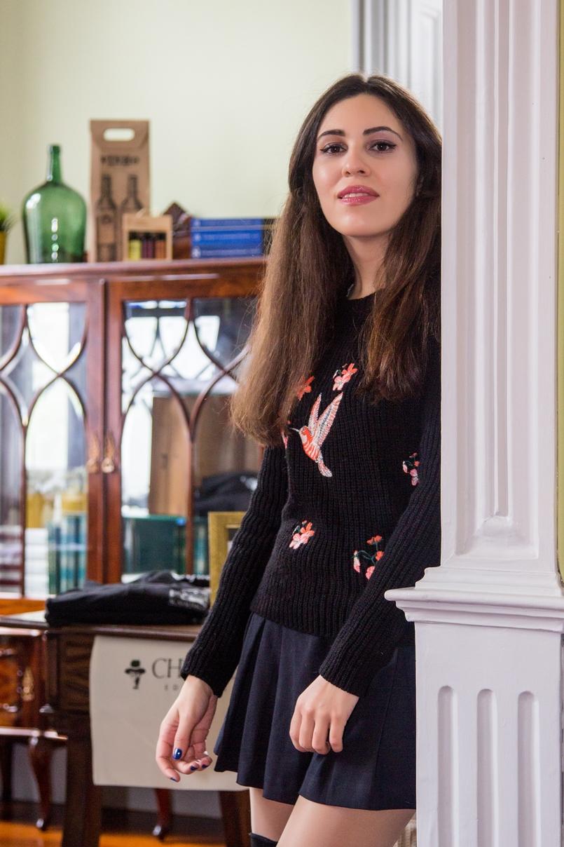 Le Fashionaire Chiado Café Literário blogueira catarine martins camisola preta bordados stradivarius botas pretas acima joelho stradivarius calcoes pretos zara 9926 PT 805x1208