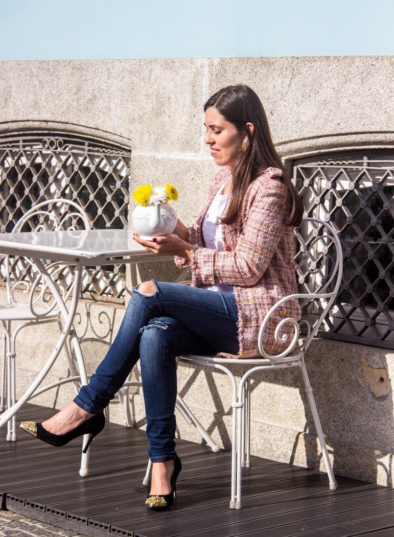 Le Fashionaire Em Carne Viva blogueira catarine martins casaco rosa tweed longo zara sapatos salto pretos dourados picos zara brincos pedra preciosa verde dourado mango 8858 PT 805x1097