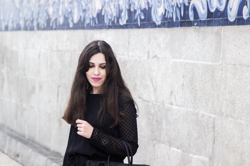 Le Fashionaire A força está em nós blogueira catarine martins igreja carmo moda inspiracao blusa preta mangas transparentes bolinhas veludo zara 7430 PT 805x537