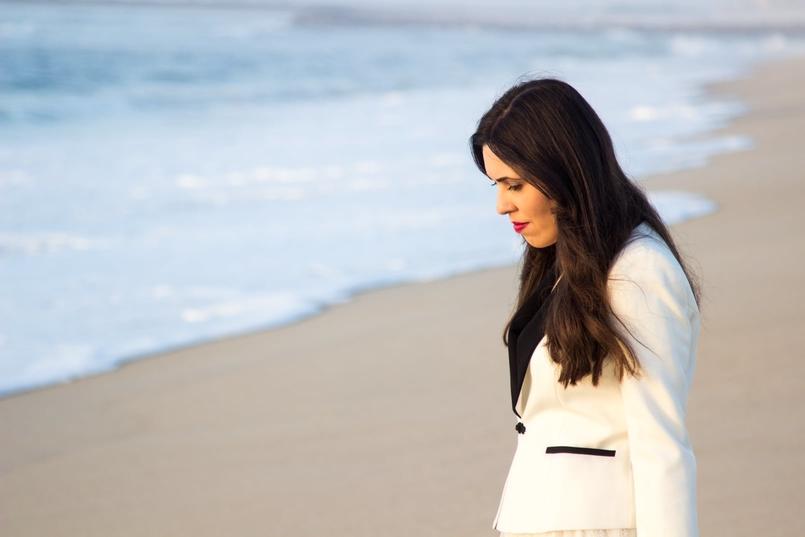 Le Fashionaire As ondas que embalam a alma blogueira catarine martins moda inspiracao blazer preto branco alfaiataria zara praia mar areia por do sol 8625 PT 805x537