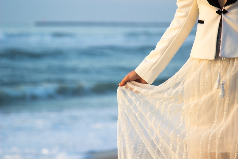 Le Fashionaire As ondas que embalam a alma blogueira catarine martins moda inspiracao blazer preto branco alfaiataria zara saia transparente branca bordada zara praia mar areia por do sol 8653 PT 805x537