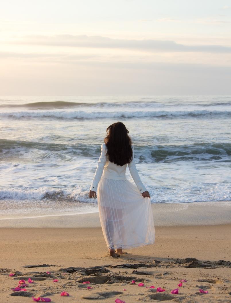 Le Fashionaire As ondas que embalam a alma blogueira catarine martins moda inspiracao blazer preto branco alfaiataria zara saia transparente branca bordada zara praia mar areia por do sol 8669 PT 805x1057