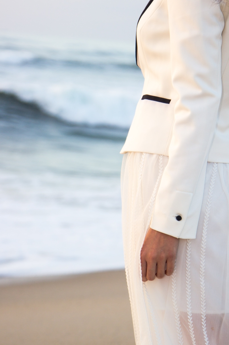 Le Fashionaire As ondas que embalam a alma blogueira catarine martins moda inspiracao blazer preto branco alfaiataria zara saia transparente branca bordada zara praia mar areia por do sol 8696 PT 805x1208