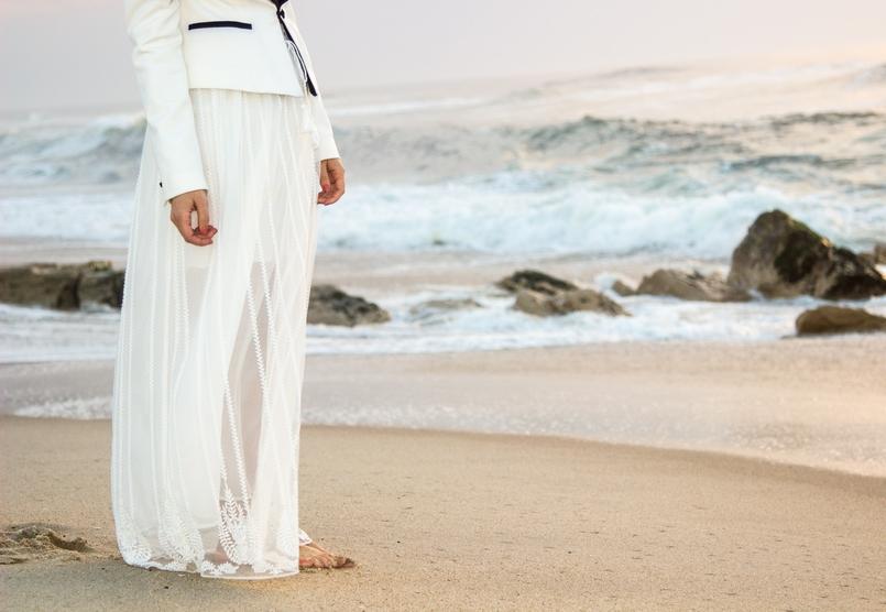 Le Fashionaire As ondas que embalam a alma blogueira catarine martins moda inspiracao blazer preto branco alfaiataria zara saia transparente branca bordada zara praia mar areia por do sol 8752 PT 805x556