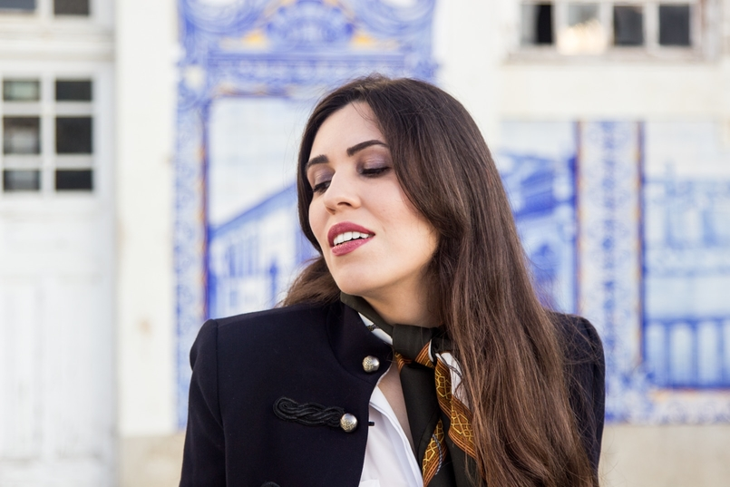 Le Fashionaire Style Heritage blogueira catarine martins moda inspiracao casaco azul escuro militar dourado mango lenco vintage castanho branco cavalos 8595 PT 805x537
