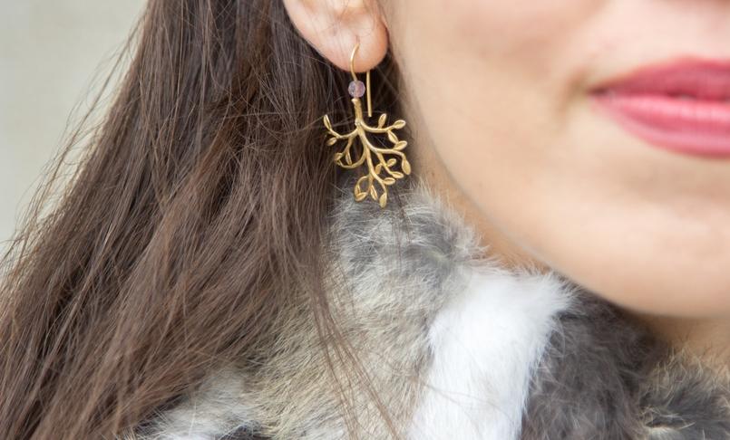 Le Fashionaire Vamos falar de peles? blogueira catarine martins moda inspiracao colete castanho branco pelos brincos folha dourada prata 9648 PT 805x486