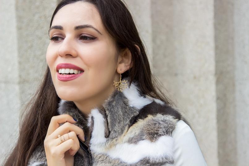Le Fashionaire Vamos falar de peles? blogueira catarine martins moda inspiracao colete castanho branco pelos brincos folha dourada prata 9661 PT 805x537