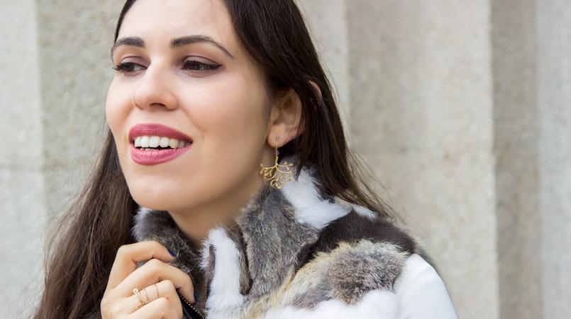 Le Fashionaire Vamos falar de peles? blogueira catarine martins moda inspiracao colete castanho branco pelos brincos folha dourada prata 9661F PT 805x450
