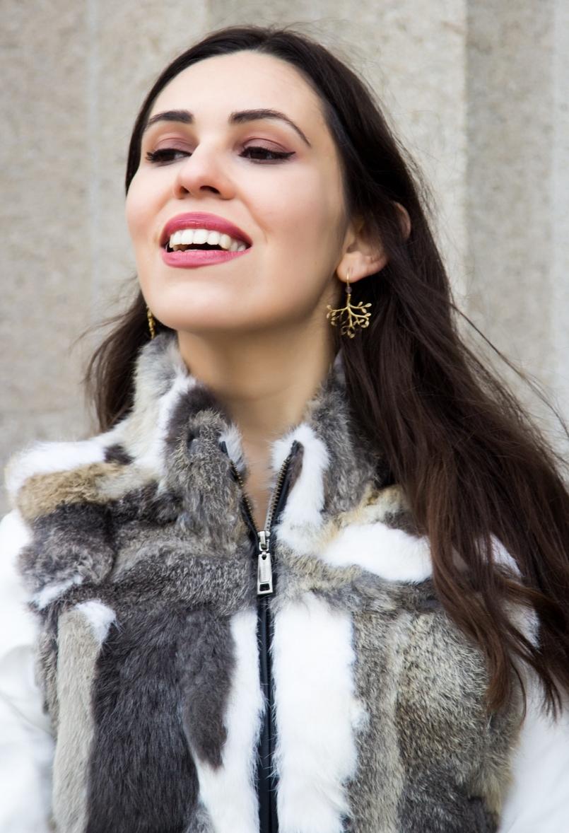 Le Fashionaire Vamos falar de peles? blogueira catarine martins moda inspiracao colete castanho branco pelos camisa branca seda botoes dourados zara brincos folha dourada prata 9638 PT 805x1178