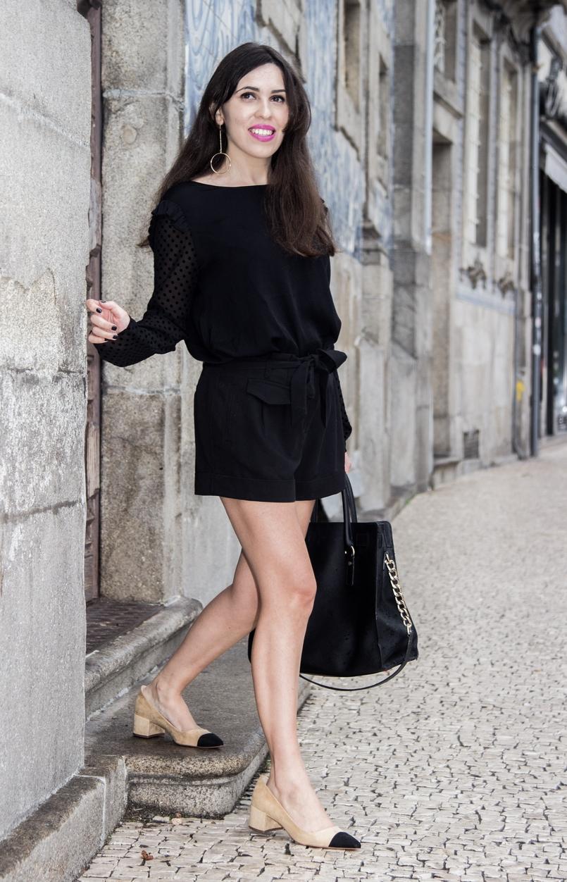 Le Fashionaire Good Vibes blusa preta mangas transparentes bolinhas veludo zara calcoes pretos laco asos sapatos pretos brancos zara brincos argolas douradas hm 7407 PT 805x1252