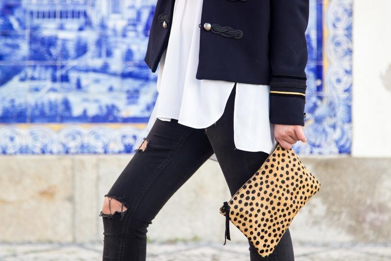 Le Fashionaire Herança de Estilo clutch pele leopardo sfera camel preto calcas ganga rasgadas pretas zara camisa branca oversized zara casaco azul escuro militar dourado mango 8547 PT 805x537