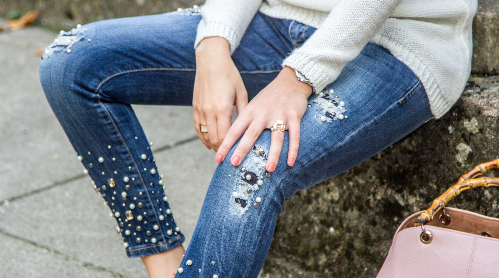 Le Fashionaire The devils in the details fashion inspiration white knit sweater wool namib denim jeans sparkle pearls namib pale pink bamboo parfois bag 8075F EN