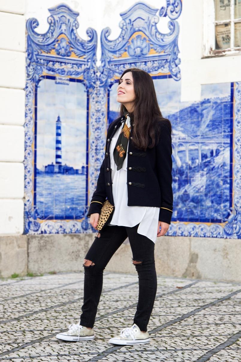 Le Fashionaire Style Heritage moda inspiracao calcas ganga rasgadas pretas zara camisa branca oversized zara allstars converse dourado outono lenco vintage castanho branco cavalos 8562 PT 805x1208
