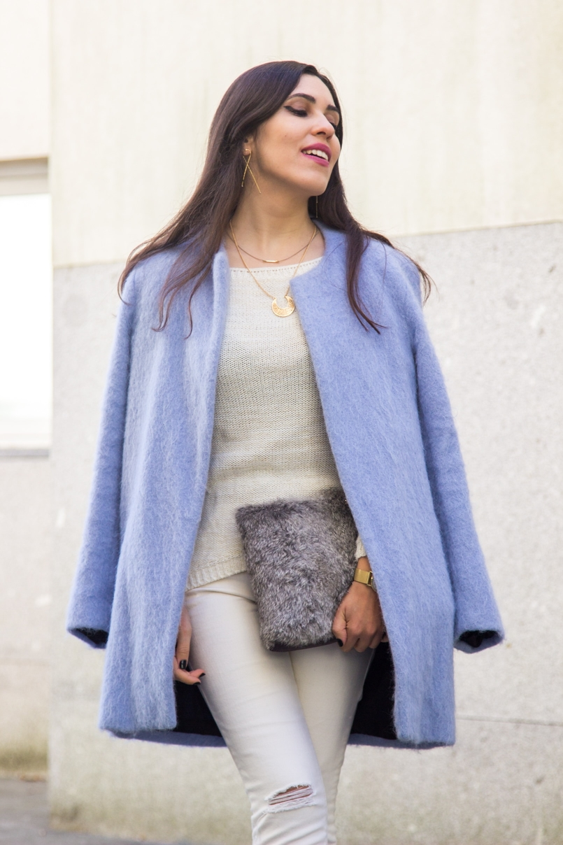 Le Fashionaire Winter is coming pale blue zara coat white ripped jeans mango white knit sweater namib gold lefties necklace leather fur clutch sfera 9272 EN 805x1208