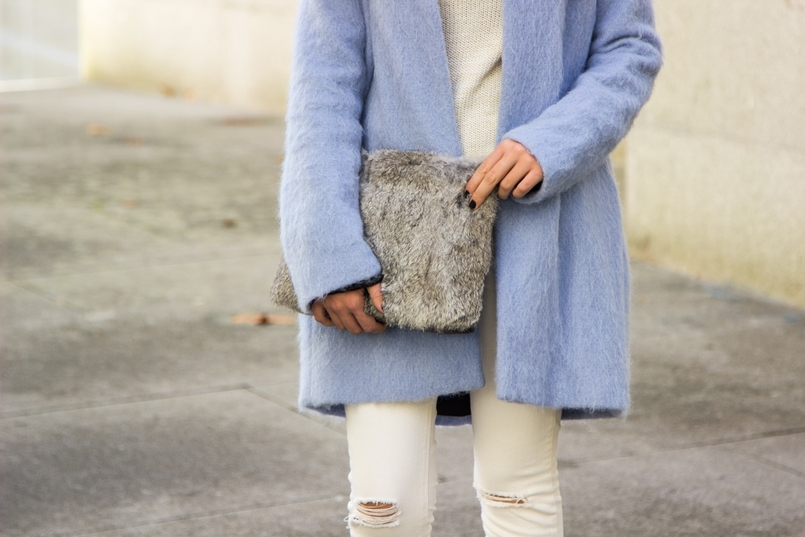 Le Fashionaire Winter is coming pale blue zara coat white ripped jeans mango white knit sweater namib gold lefties necklace leather fur clutch sfera gold hm earrings 9258 EN 805x537