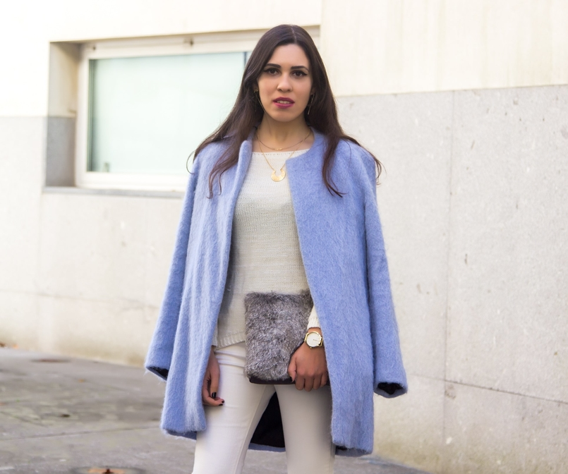 Le Fashionaire Winter is coming pale blue zara coat white ripped jeans mango white knit sweater namib gold lefties necklace leather fur clutch sfera gold hm earrings 9274 EN 805x672