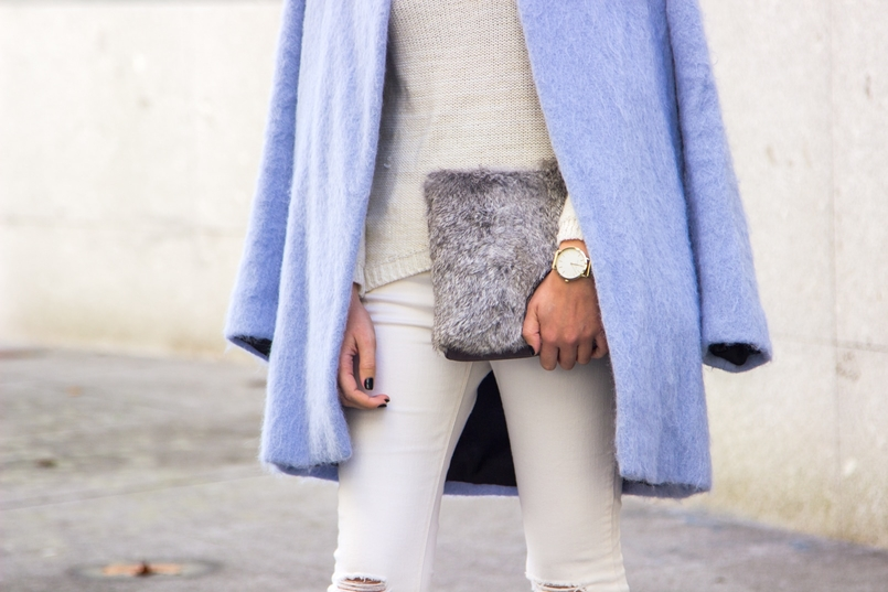 Le Fashionaire Winter is coming pale blue zara coat white ripped jeans mango white knit sweater namib gold lefties necklace leather fur clutch sfera watch rosefield 9273 EN 805x537