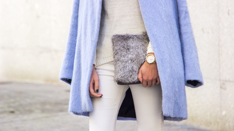Le Fashionaire Winter is coming pale blue zara coat white ripped jeans mango white knit sweater namib gold lefties necklace leather fur clutch sfera watch rosefield 9273F EN 805x450