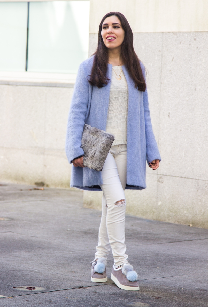 Le Fashionaire Winter is coming pale blue zara coat white ripped jeans mango white knit sweater namib pompom pale blue grey snieakers zara leather fur clutch sfera 9261 EN 805x1190