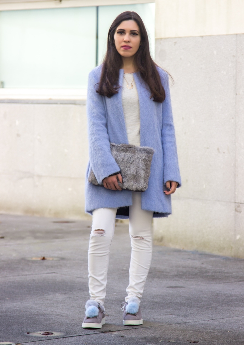 Le Fashionaire Winter is coming pale blue zara coat white ripped jeans mango white knit sweater namib pompom pale blue grey snieakers zara leather fur clutch sfera 9262 EN 805x1136