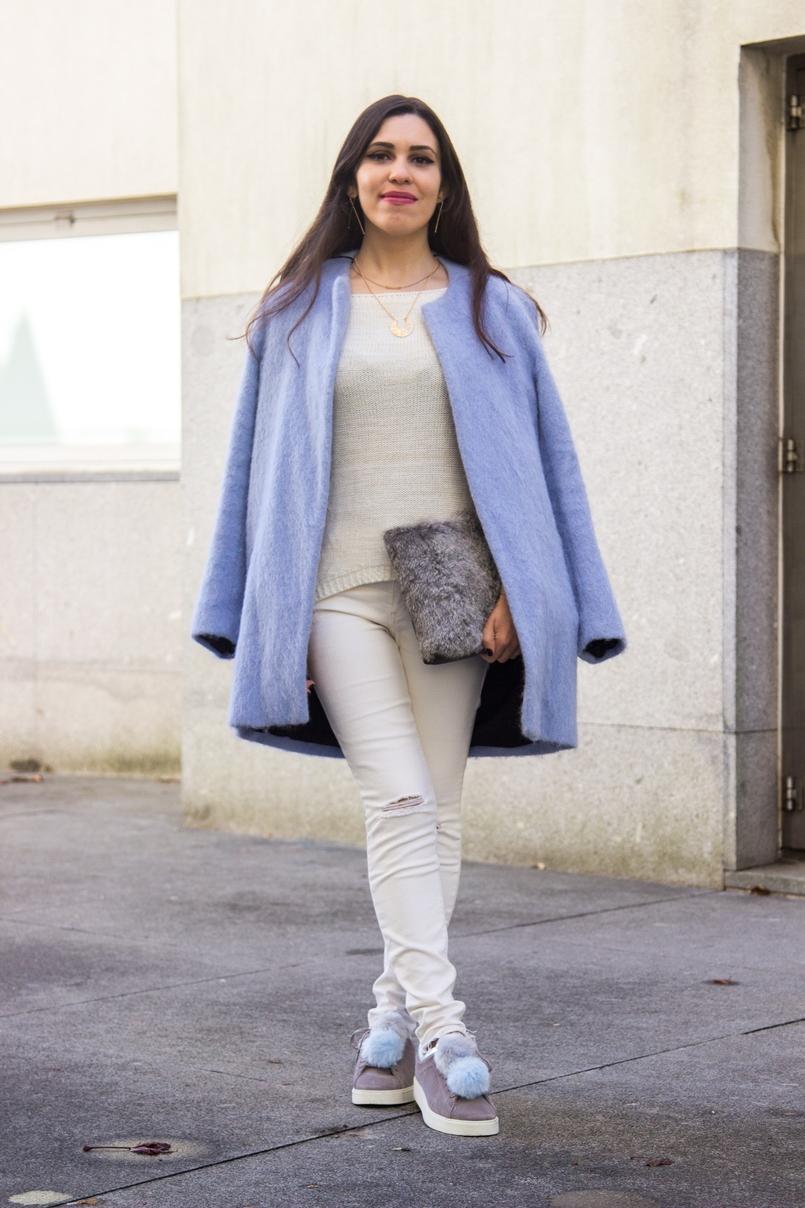 Le Fashionaire Winter is coming pale blue zara coat white ripped jeans mango white knit sweater namib pompom pale blue grey snieakers zara leather fur clutch sfera 9271 EN 805x1208