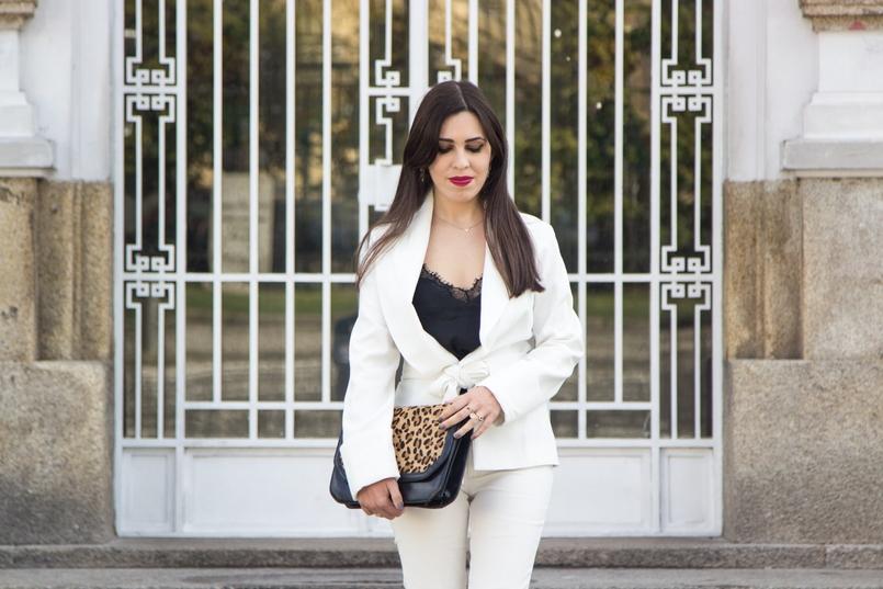 Le Fashionaire Words white belt blazer zara black lace top stradivarius gold delicate necklace hm gold nude leather ring calvin klein 7503 EN 805x537