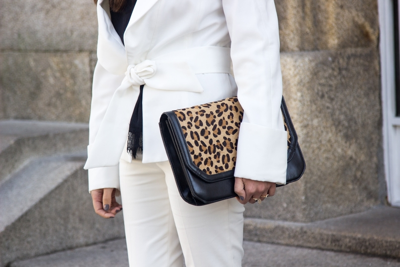 Le Fashionaire Words white belt blazer zara white pants zara gold nude leather ring calvin klein leather leopard clutch zara 7472 EN 805x537