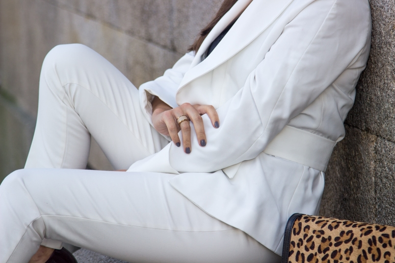 Le Fashionaire Words white belt blazer zara white pants zara gold nude leather ring calvin klein leather leopard clutch zara 7542 EN 805x537