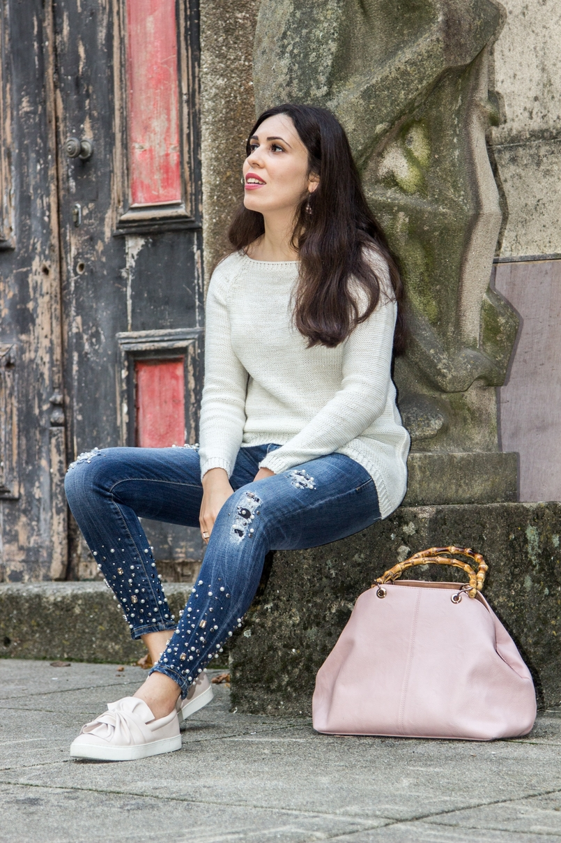Le Fashionaire The devils in the details white knit sweater wool namib denim jeans sparkle pearls namib pale pink bow sneakers stradivarius pale pink bamboo parfois bag 8066 EN 805x1208