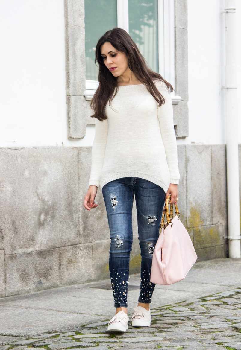 Le Fashionaire The devils in the details white knit sweater wool namib denim jeans sparkle pearls namib pale pink bow sneakers stradivarius pale pink bamboo parfois bag 8114 EN 805x1170