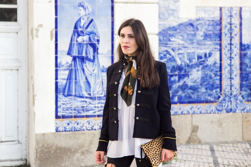 Le Fashionaire Style Heritage white oversized shirt zara dark blue military gold jacket mango gold all stars gold fall vintage scarf white brown horses 8534 EN 805x537