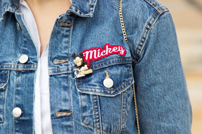 Le Fashionaire Mickey Mouse Club blogger catarine martins denim jacket mickey minnie donald print mickey swarovski brooch white light blue stripes zara shirt 0453 EN 805x537