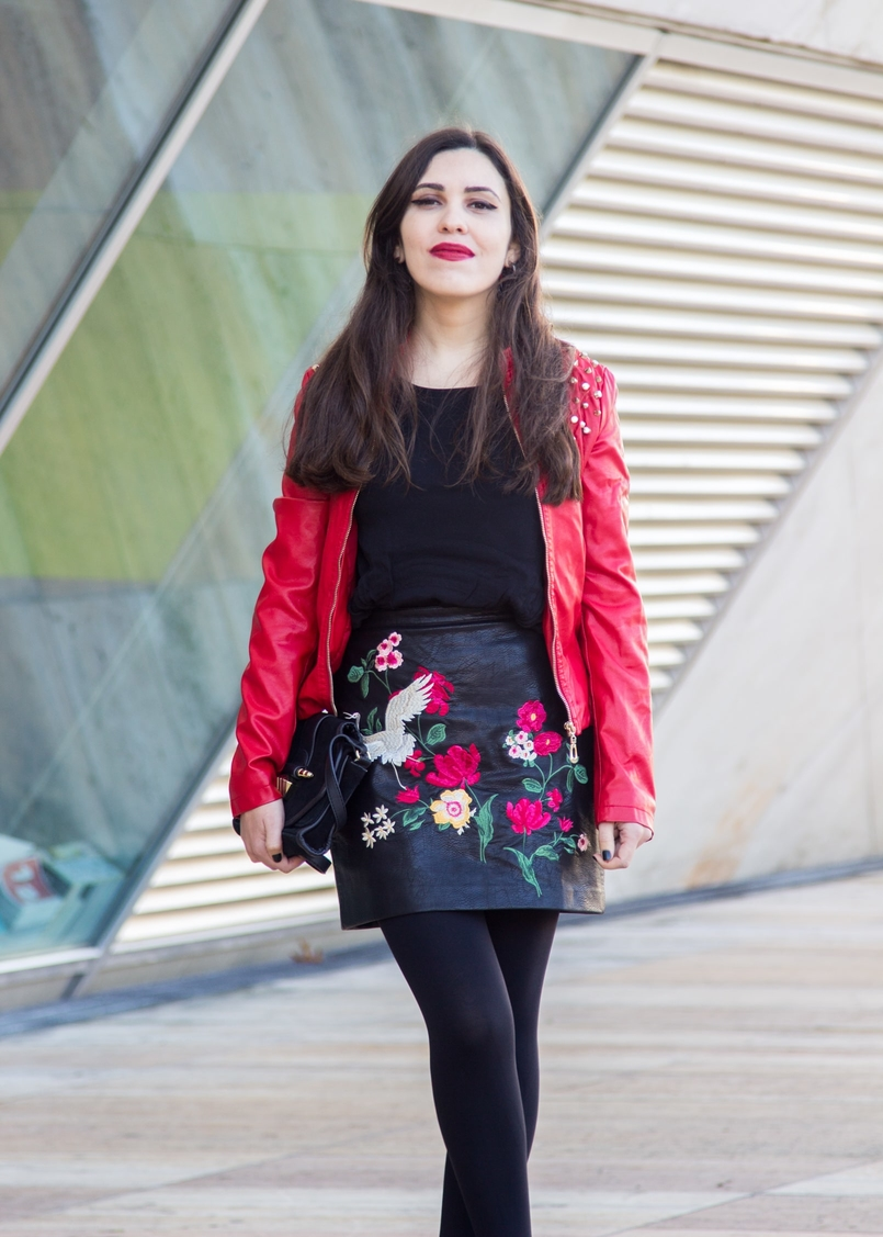 Le Fashionaire Let it be blogger catarine martins embroidered leather look flowers stradivarius skirt leather spikes red motor jacket old black gold zara clutch 9387 EN 805x1127