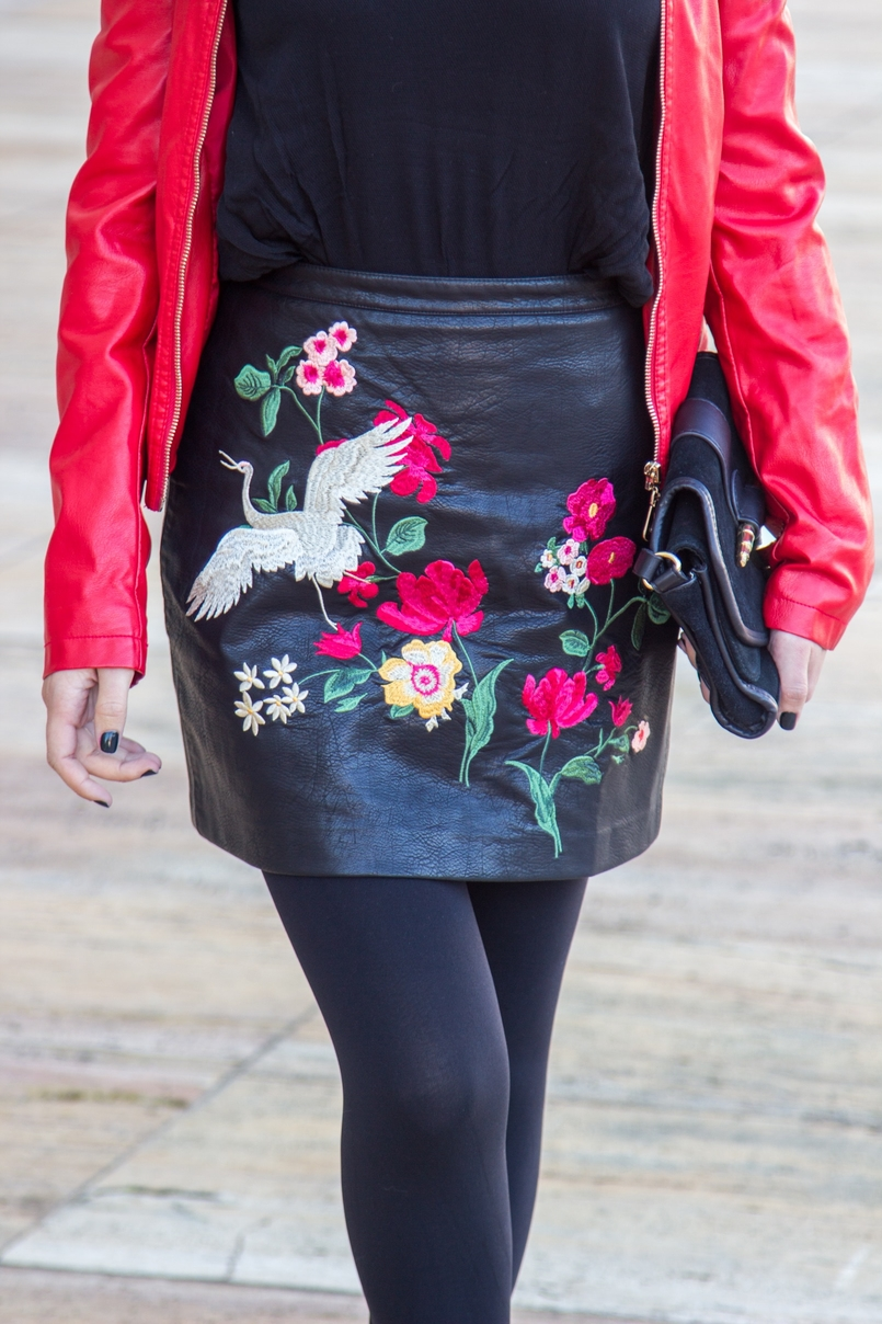 Le Fashionaire Let it be blogger catarine martins embroidered leather look flowers stradivarius skirt leather spikes red motor jacket old black gold zara clutch 9425 EN 805x1208