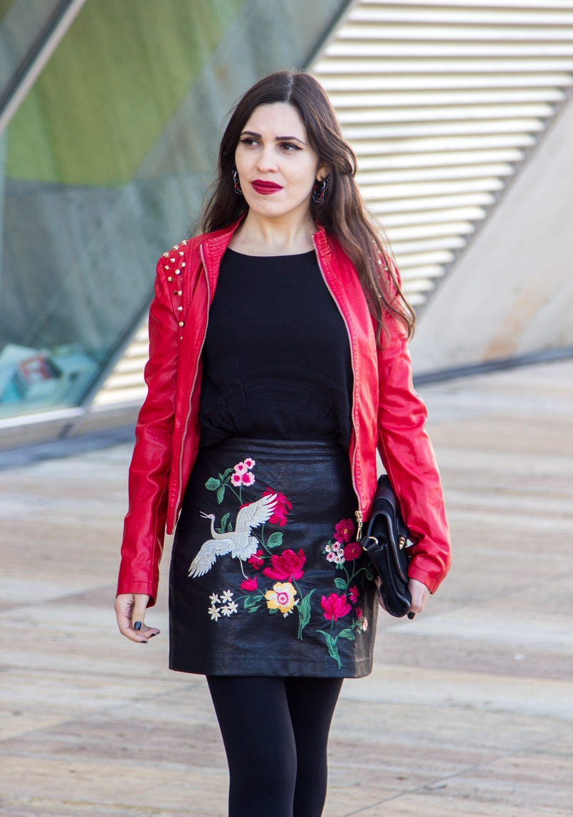Le Fashionaire Let it be blogger catarine martins embroidered leather look flowers stradivarius skirt leather spikes red motor jacket old black gold zara clutch 9428 EN 805x1148